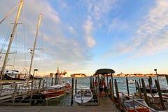 Privat Venedig vatten åker taxi i aftonen i Venedig, Italien arkivfoton