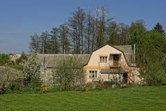 Privata hus bak en grön gräsmatta i trädgården Arkivbilder