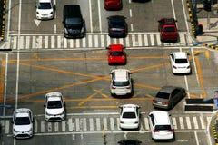 Privata och offentliga bilar på en genomskärning arkivbilder