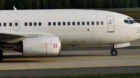 PrivatAir Боинг 737-700, посадка D-AWBB в авиапорте Франкфурта, FRA сток-видео