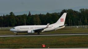 PrivatAir Boeing 737-700, atterrissage de D-AWBB dans l'aéroport de Francfort, FRA banque de vidéos