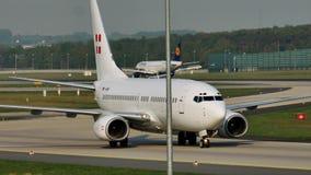 PrivatAir Boeing 737-700, D-AWBB en el aeropuerto de Munich almacen de metraje de vídeo