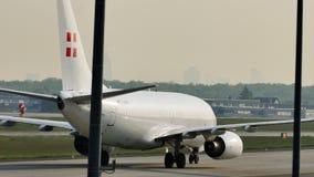 PrivatAir Boeing 737-700, D-AWBB no aeroporto de Francoforte vídeos de arquivo