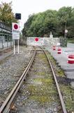 Privatbahnabstellgleise mit Niveauübergangtoren Stockbild