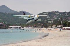 Private flache Landung auf dem Strand von St.Barth Stockfotos