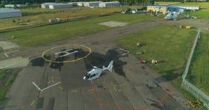 Private Hubschrauberlandung auf der Hubschrauberauflage am Flughafen Ansicht von oben stock video