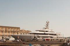 Private Yacht in der Stadt von Syrakus, Sizilien Lizenzfreies Stockfoto