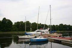 Private Yachten, Motorboote und Boote machten am alten hölzernen Pier fest Stockbild