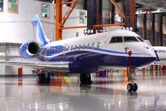 Privater Bombenschütze globale 5000 OY-SGC stehend in einem Hangar an SH Lizenzfreie Stockfotos
