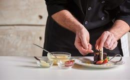Privater Chef des Restauranthotels, der Nachtischschokoladenkuchen vorbereitet Lizenzfreie Stockbilder