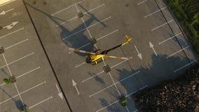 Privater gelber Hubschrauber entfernt sich stock video