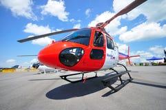 Privater Hubschrauber auf Bildschirmanzeige in Singapur Airshow Lizenzfreies Stockfoto