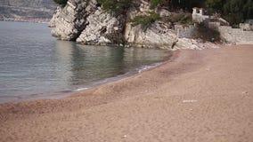 Privater Strand des Hotels Sveti Stefan, nahe der Insel Monten stock video