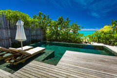 Privater Swimmingpool auf Strand mit erstaunlicher Ansicht des Ozeans Stockbilder