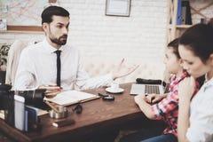 Privates Detektivbüro Mann spricht mit Kunden Frau und Tochter stockfotografie
