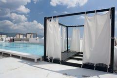 Privates Zelt neben Pool Stockfotos