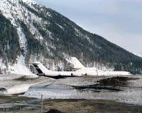 Privatjets im Schnee umfassten Landschaft von St. Moritz Switzerland lizenzfreies stockfoto