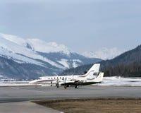 Privatjets im Schnee umfassten Landschaft von St. Moritz Switzerland lizenzfreie stockfotografie