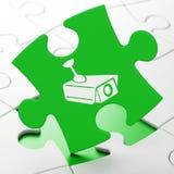 Privatlebenkonzept: Cctv-Kamera auf Puzzlespielhintergrund Lizenzfreies Stockbild