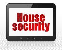 Privatlebenkonzept: Haus-Sicherheit auf Tablet-PC Stockbilder