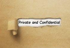 Privato e confidenziale dietro la carta strappata del ricciolo fotografia stock libera da diritti