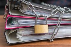 Privatsphären- und Sicherheitskonzept Vertrauliche Dateien und Dokumente in der Mappe zugeschlossen mit Vorhängeschloß und Kette stockbild