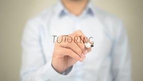 Privatunterricht, Mann-Schreiben auf transparentem Schirm Lizenzfreies Stockbild