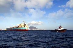 Privilège de Maersk de pétrolier menuvering dans la baie d'Algésiras photo libre de droits