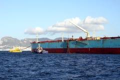 Privilège de Maersk de pétrolier menuvering dans la baie d'Algésiras image stock