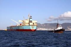Privilège de Maersk de pétrolier menuvering dans la baie d'Algésiras photographie stock libre de droits
