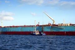 Privilège de Maersk de pétrolier menuvering dans la baie d'Algésiras photo stock