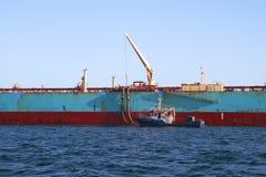 Privilège de Maersk de pétrolier menuvering dans la baie d'Algésiras image libre de droits
