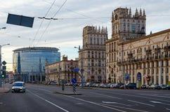 Privokzalnayavierkant (Poorten van Minsk) in avond, Minsk, Wit-Rusland stock foto