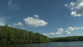 Prix de lac en Caroline du Nord sur Sunny Day avec le ciel bleu banque de vidéos