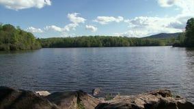 Prix de lac en Caroline du Nord sur Sunny Day et le ciel bleu banque de vidéos