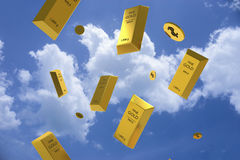 Prix en baisse d'or représenté par une barre d'or en métal jaune Photographie stock