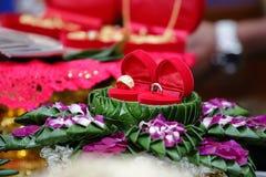Prix ou dot du ` s d'anneau et de jeune mariée de mariage dans la cérémonie de mariage thaïlandaise Centre sélectif et profondeur Images libres de droits