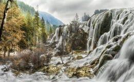 Pärlemorfärg stimvattenfall Jiuzhaigou, Kina Fotografering för Bildbyråer