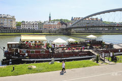 Pråm på den Wisla floden, Krakow Polen Royaltyfri Foto