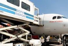 PRM-Passagiermobilitäts-Unterstützungsfahrzeug in der Aktion nahe bei einem a Lizenzfreie Stockfotos