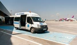 PRM-Passagiermobilitäts-Unterstützungsfahrzeug an der Flughafenrollbahn Lizenzfreie Stockfotografie