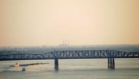 Pråm som löper ner den Mississippi floden Arkivbild