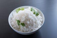 Prości ryż w owalnym mosiężnym pucharze nad czarnym tłem Obraz Royalty Free