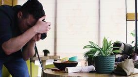 Pro еда стрельбы фотографа в ресторане видеоматериал