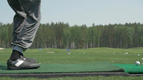 Pro игрок гольфа снял шарик от бункера песка на курсе Раздел человека играя гольф в поле для гольфа Игроки в гольф ударили подмет сток-видео