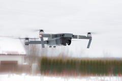 Pro bourdon de DJI Mavic : La Lettonie le 8 mars 2017 Plan rapproché de bourdon de vol Image libre de droits