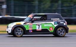 Pro carro de corridas de MINI Cooper na trilha fotos de stock royalty free