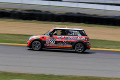 Pro carro de corridas de MINI Cooper no curso foto de stock