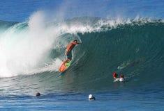 Pro Chapman de Kalani de surfer surfant à la canalisation images libres de droits