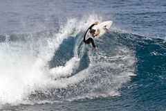 Pro Chapman de Kalani de surfer surfant en Hawaï photo stock